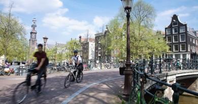 ciclistas em amsterdan andando de bicicleta