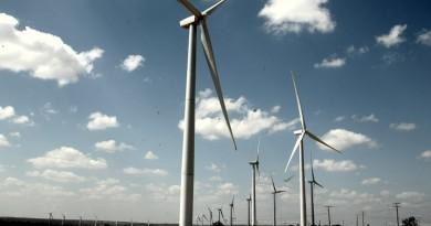 usina híbrida com energias renováveis - turbinas eólicas e paineis solares