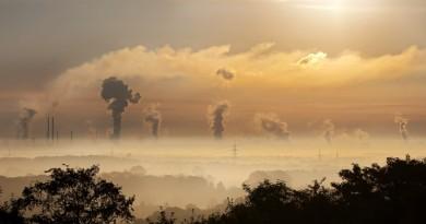 imagem de indústrias emitindo dióxido de carbono