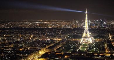 torre eiffel de noite depois do dia de negociações da COP21