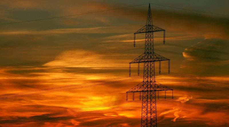 aquecimento global reduzirá oferta de energia - imagem de por do sol com rede elétrica