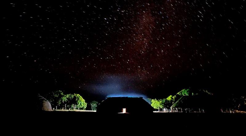 aldeia à noite quando os índios dormem em suas redes