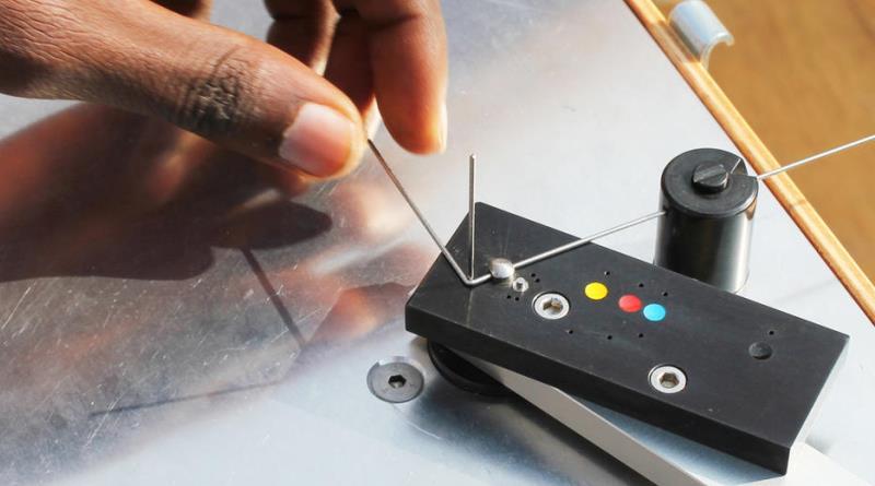a máquina que fabrica as armações do OneDollarGlasses