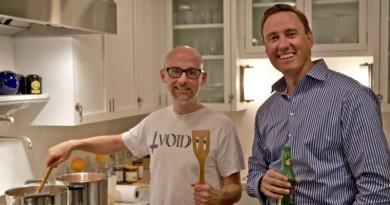Aos 50 anos, Moby (à esquerda) inaugura restaurante vegano e orgânico nos Estados Unidos