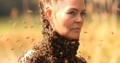 """Também conhecida como """"abelha-rainha"""", Sara Mapelli dança e realiza performances artísticas com mais de 15 mil abelhas no peito nu"""