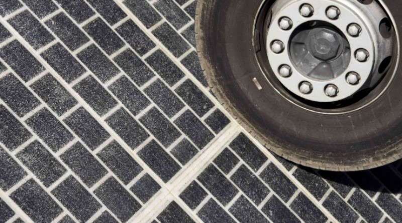 estrada francesa com painéis solares