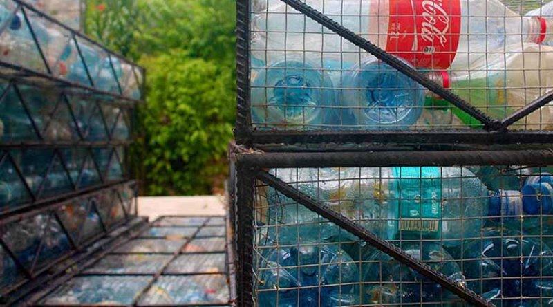 Com um milhão de garrafas plásticas, homem constrói casas sustentáveis