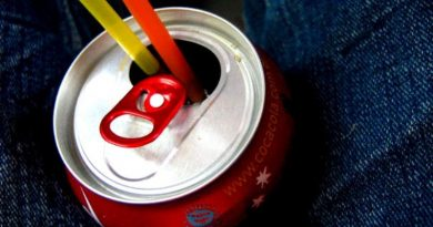 coca-cola e outras fabricantes de refrigerantes anunciam que vão parar de vender refrigerantes em cantinas de escolas infantis