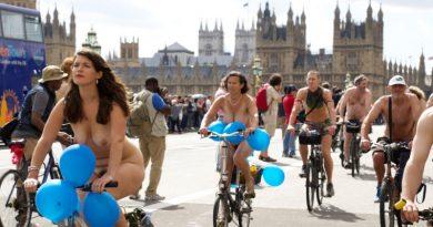 ciclistas pelados em protesto contra as mudanças climáticas