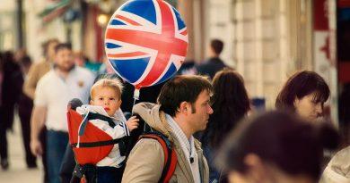 criança segurando balão com bandeira do Reino Unido