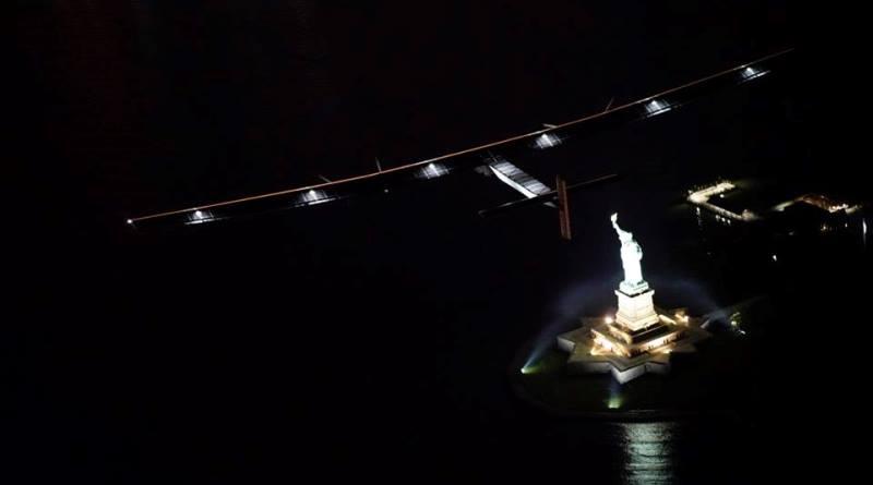 Solar Impulse sobrevoando a Estátua da Liberdade