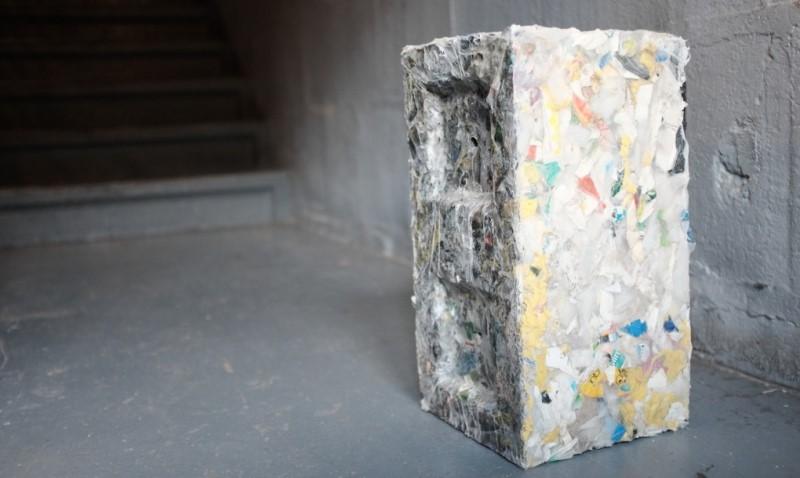 resíduos plásticos transformados em blocos de construção