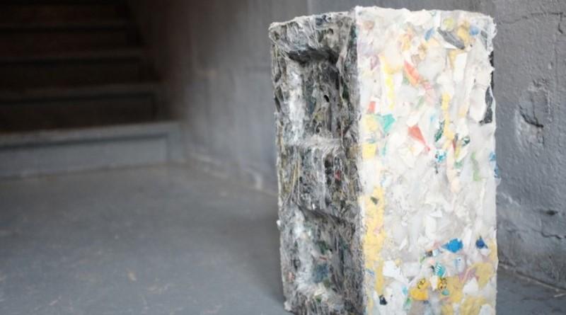 resíduos plásticos transformados em blocos modulares
