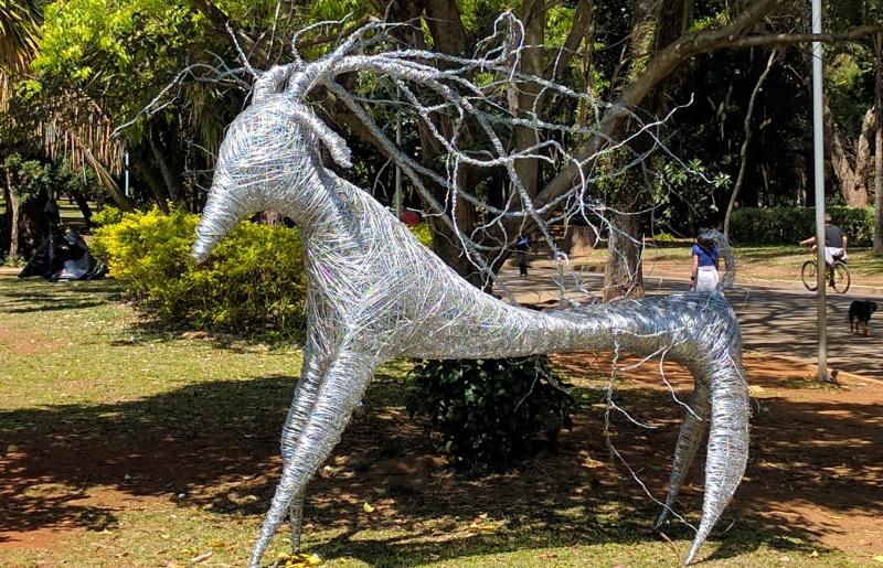 Zoo Urbano: esculturas de animais feitas com materiais recicláveis invadem Parque do Ibirapuera, em SP