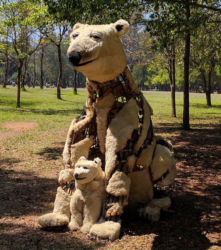 esculturas-animais-feitas-reciclaveis-invadem-parque-ibirapuera-urso-conexao-planeta