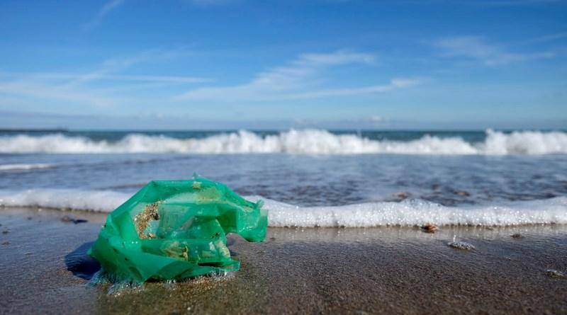 embalagem de plástico jogada no mar