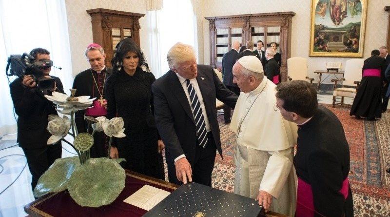 Papa Francisco presenteia Donald Trump com Encíclica sobre Meio Ambiente