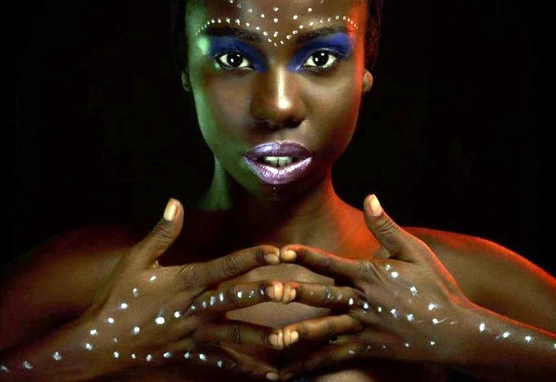 Nãnan Matos batuca, dança e canta a cultura afro-brasileira