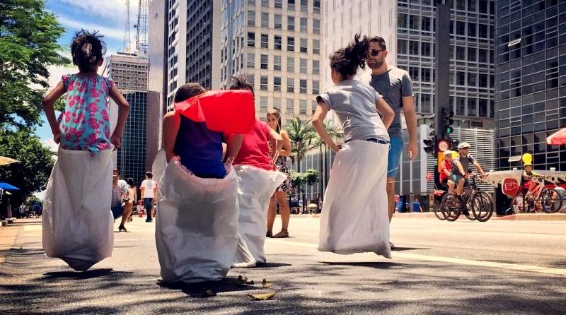 crianças brincando na rua, na Avenida Paulista