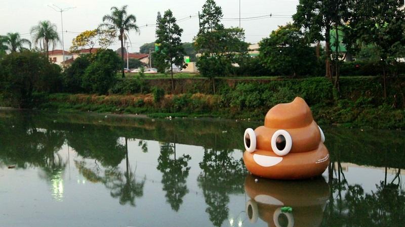Emoji gigante de cocô boia no Rio Pinheiros em protesto contra o descaso