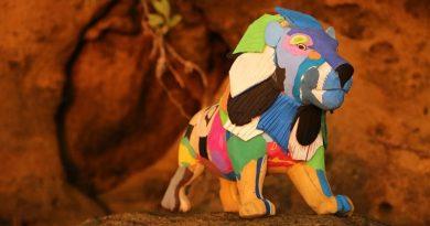 Artesãos do Quênia transformam chinelos jogados no mar em bichos incríveis e coloridos