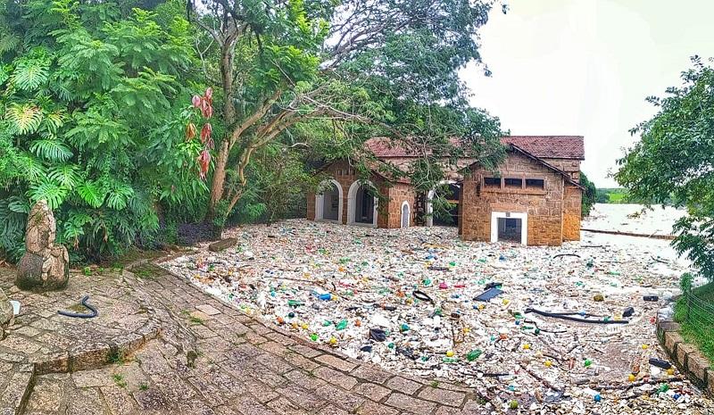 Rio Tietê fica tomado por lixo plástico depois de forte chuva, no interior de SP