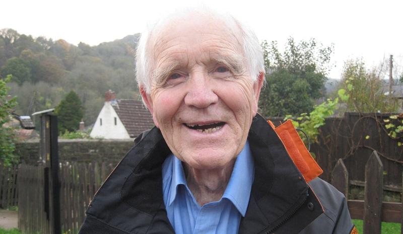 """Aos 83 anos, ativista pelo clima protesta em cima de trem em Londres. """"É pelos meus netos"""", diz emocionado"""