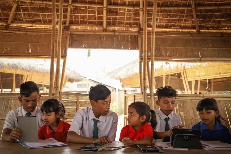Alunos trocam lixo plástico por mensalidade em escola modelo na Índia