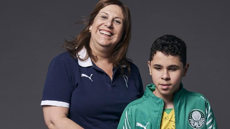 Mãe paulista que narra jogos nos estádios para filho cego ganha o Fifa Fan Award 2019