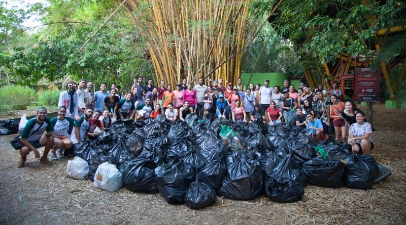 Refugiados venezuelanos se unem a projeto Igarapés Limpos e recolhem uma tonelada de lixo de rio na Amazônia