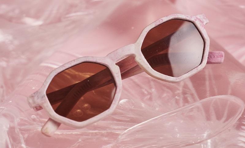 Marca carioca produz óculos com canudos reciclados