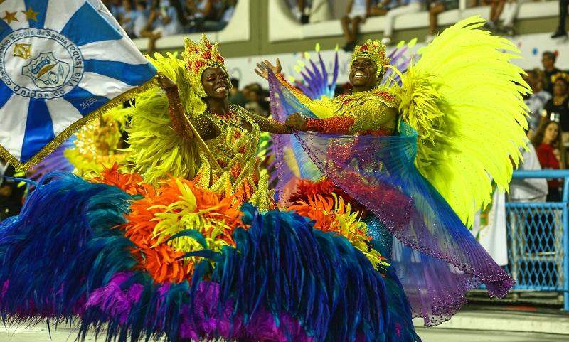 Chega de crueldade e sofrimento: petição pede fim do uso de penas e plumas naturais nos desfiles de carnaval
