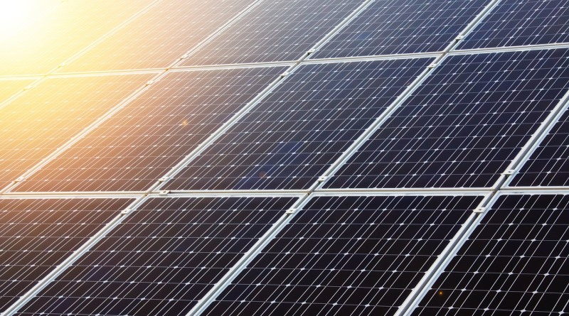 painel solar no aeroporto da ínida