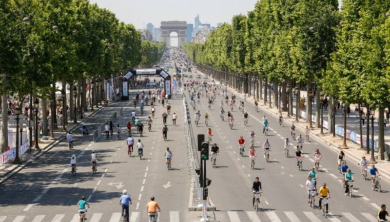 ruas de paris com ciclistas