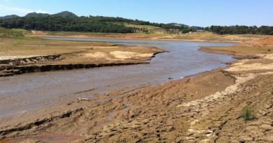 represa cantareira vazia e seca