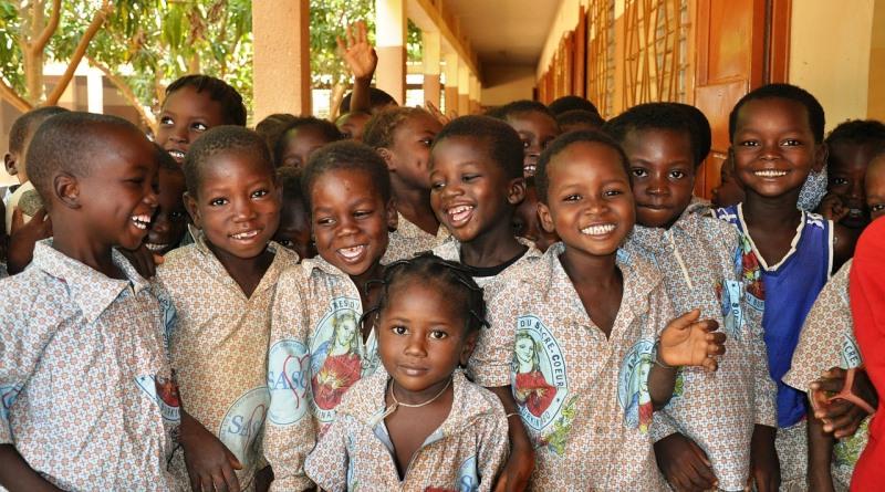 crianças africanas sorrindo graças à redução da pobreza extrema no mundo