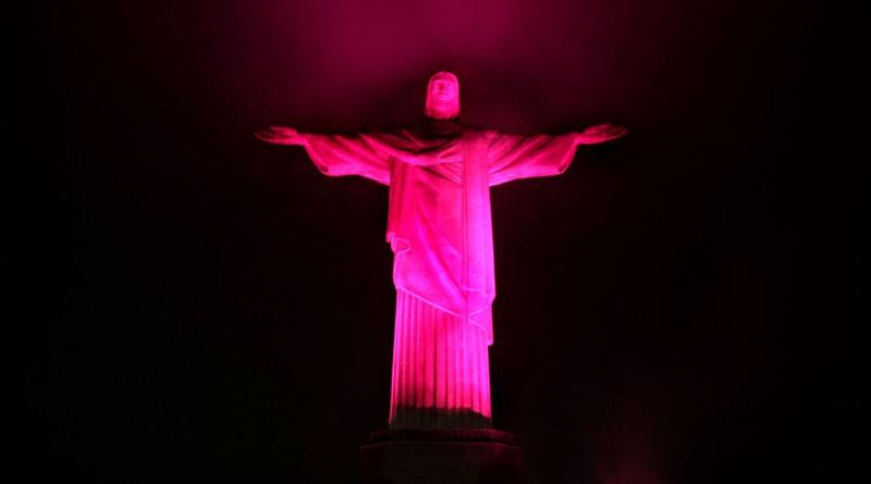 Cristo Redentor iluminado de rosa