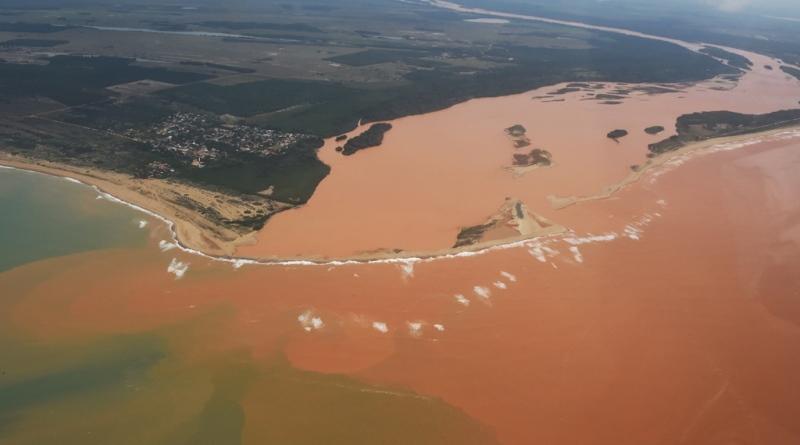 onda de lama avança pelo mar do Espírito Santo
