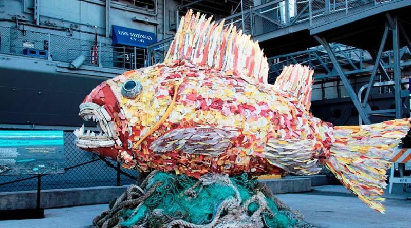 escultura feita com lixo e arte