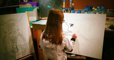 Menina americana pintando animais em extinção