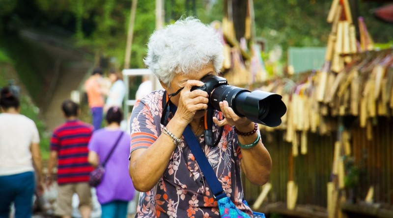 senhora da terceira idade fotogrando