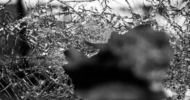 vidro quebrado pela violência urbana