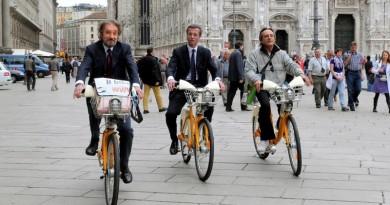 ciclistas usando bicicleta em milão