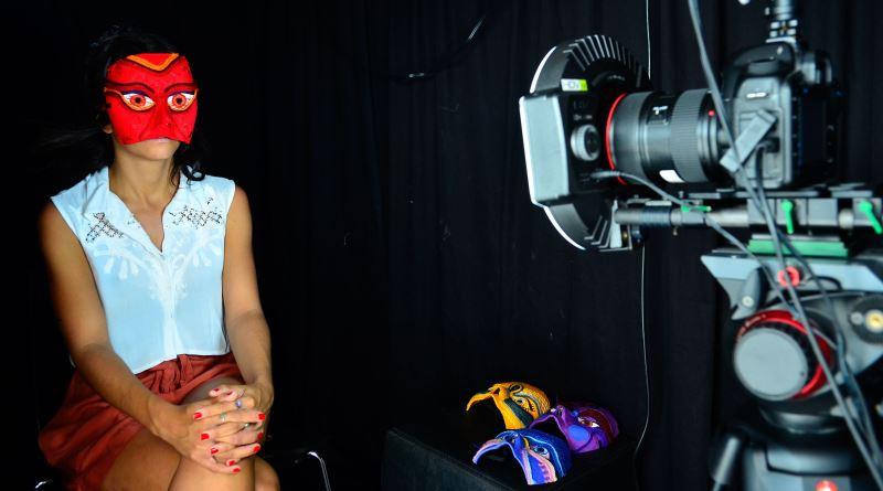 mulher gravando depoimento para a campanha #precisamosfalardoassedio