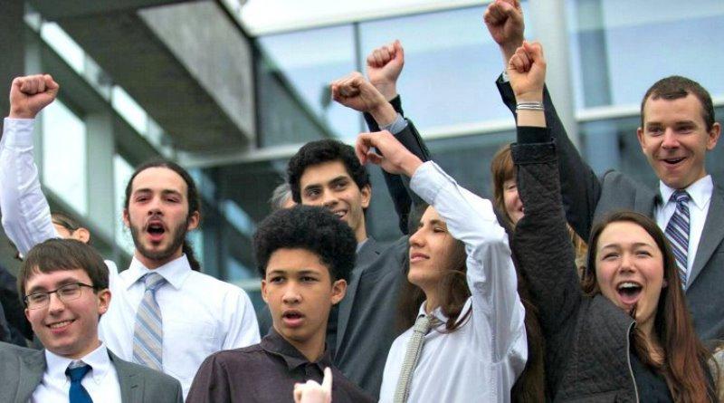 jovens americanos comemoram vitória na corte dos USA com processo pelas mudanças climáticas