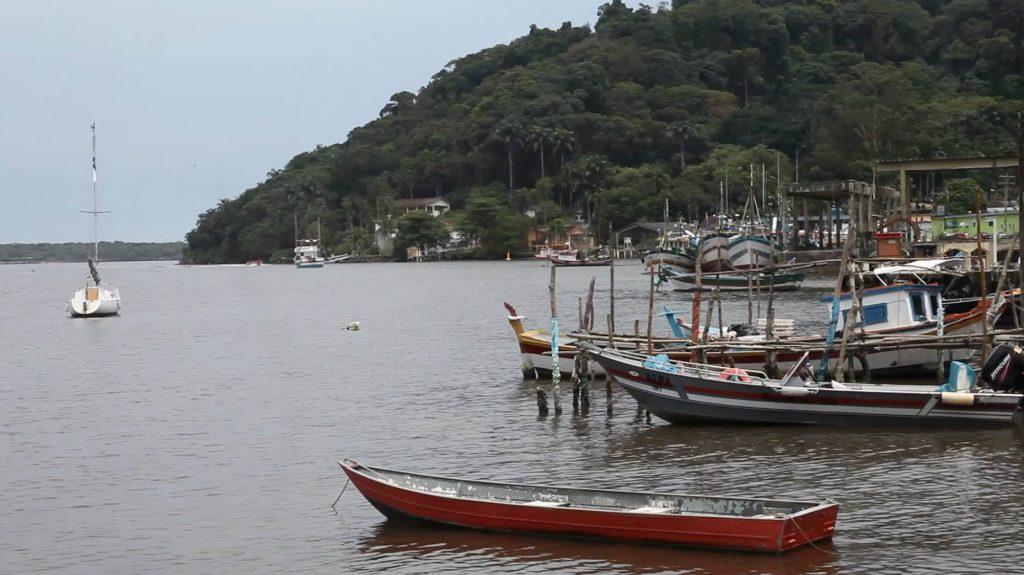 Cultura caiçara do Vale do Ribeira, com a paisagem da Ilha do Cardoso