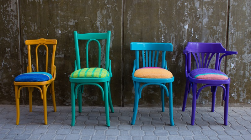 sacolas-plasticas-transformam-se-em-tecido-maos-designers-egipcias-cadeiras-800