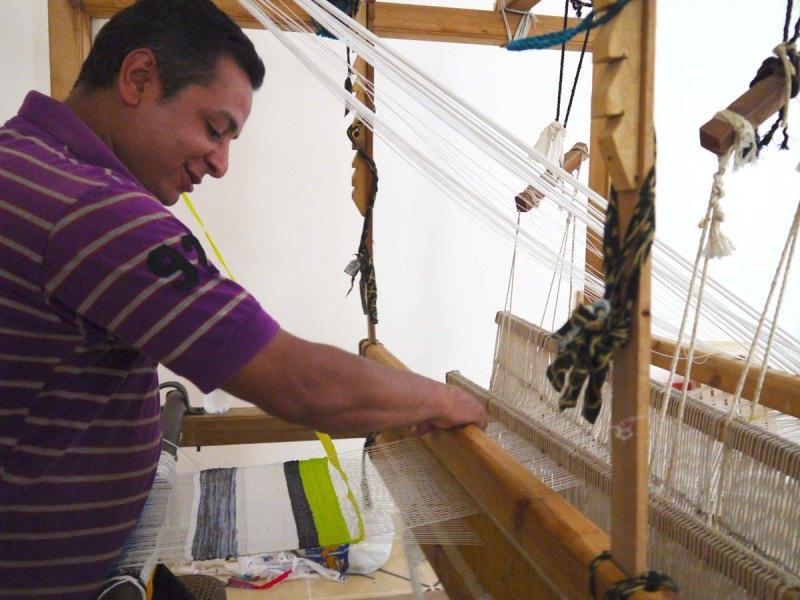 sacolas-plasticas-transformam-se-em-tecido-maos-designers-egipcias-tecelagem-800