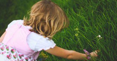 criança brincando no jardim
