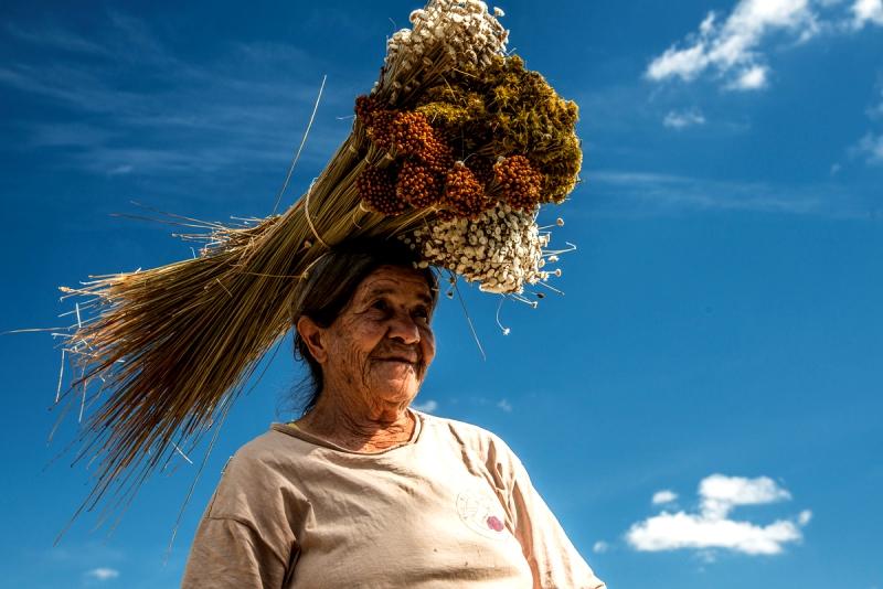 sempre-vivas-flores-do-sertao-mulher-com-flores-na-cabeca-foto-andre-dib-conexao-planeta